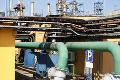 Tubulações em um local industrial Fotografia de Stock