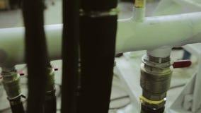 Tubulações em uma planta industrial Tubulação na máquina produção vídeos de arquivo