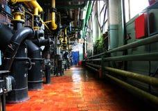Tubulações em uma sala de caldeira Aquecimento de água Fonte de alimentação Imagens de Stock