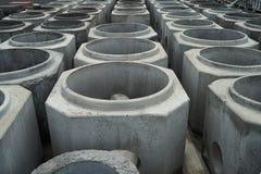 Tubulações empilhadas do cimento na fábrica concreta fotos de stock