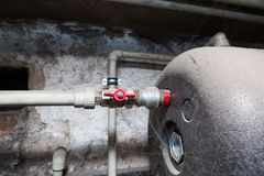 Tubulações hidráulicas válvulas no porão imagem de stock