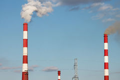 Tubulações industriais com fumo Imagens de Stock