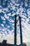 Tubulações industriais no fundo do céu Foto de Stock Royalty Free