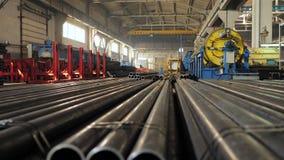 Tubulações metálicas no armazém, fileiras das tubulações do metal no armazém industrial Interior industrial, filme