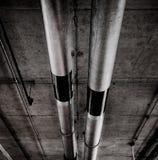 Tubulações no teto da garagem no estilo do grunge Foto de Stock Royalty Free