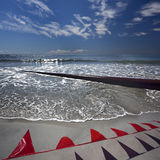 Tubulações oxidadas ao longo da praia do mar imagem de stock
