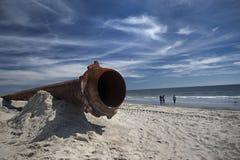 Tubulações oxidadas ao longo da praia do mar fotografia de stock royalty free