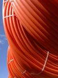 Tubulações plásticas empilhadas nos rolos na rua imagem de stock royalty free