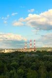 Tubulações urbanas da chaminé contra o céu Foto de Stock