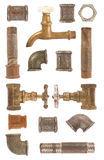Tubulações, válvulas e conectores usados de água imagem de stock royalty free
