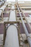 Tubulações verticais da construção do hotel na parede Fotos de Stock Royalty Free