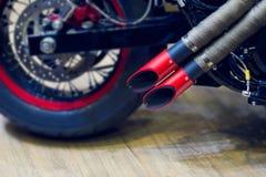 Tubulação de exaustão vermelha da motocicleta, exaustão moderna do estilo Imagens de Stock Royalty Free