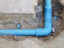 Tubulação de água escapada de fixação na parede Imagem de Stock Royalty Free