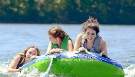 Tubulação dos adolescentes atrás de um barco Fotos de Stock Royalty Free