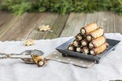Tubules καρυδιών Χριστουγέννων με την κρέμα βανίλιας που ντύνεται στη σοκολάτα επάνω Στοκ φωτογραφία με δικαίωμα ελεύθερης χρήσης