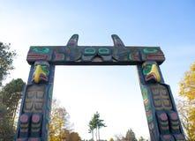 Tubylcza cyzelowanie totemu słupa łuku brama w Nanaimo, Kanada zdjęcia stock