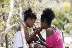 Tubylcze dziewczyny dekorują ich twarze, Amoronia pomarańcze wybrzeże, Madagascar zdjęcie royalty free