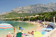 与人的惊人的海滩在Tucepi,克罗地亚 库存图片