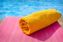 Tuch auf sunbed, Strand Stockfotos