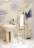 Tuch, das in einem Badezimmer hängt lizenzfreie stockfotos