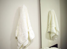 Tuch, das im Badezimmer hängt Lizenzfreie Stockfotos