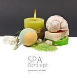 Tuch, gelbe Blumen und gelbe Kerze Flacher DOF Lizenzfreies Stockfoto