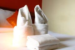 Tuch im Schlafzimmer - Hauptraum- oder Hotelzimmerinnenraum Weicher Fokus Stockfotografie
