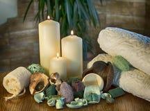 Tuch, Massagesteine und exotische Blume Lizenzfreie Stockbilder