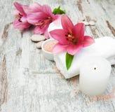 Tuch, Massagesteine und exotische Blume Stockbilder