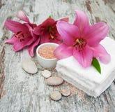 Tuch, Massagesteine und exotische Blume Stockfotos