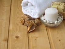Tuch, Seife, Kerze und Oberteile Stockbild