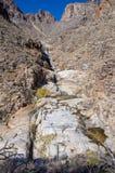 Tucson, Arizona/USA - 05 Januari 2013: Wandelaars die bij de voet van een waterval rusten stock fotografie