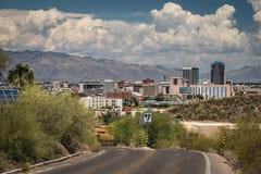 Tucson de stad in van weg aan Schildwachtpiek stock afbeeldingen