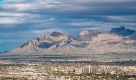 Tucson van de binnenstad in Arizona met Santa Catalina-bergen stock foto's