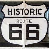 Tucumcari nanomètre/Etats-Unis - 18 juillet 2016 : symbole de route de Route 66 de géant peint pour se connecter une station serv photo stock