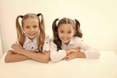 ?tude d'E filles mignonnes heureuses de l'enfance OD petites e apprenant pour de petites filles d'isolement sur le blanc photographie stock libre de droits