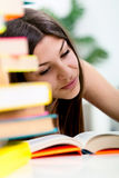 Étudiant apprenant dans le temps d'examen Images stock