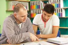Étudiant d'adolescent dans la salle de classe avec le précepteur Photographie stock libre de droits