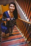 Étudiant de sourire marchant vers le haut des étapes Photographie stock libre de droits