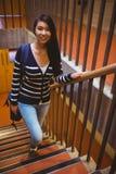 Étudiant de sourire marchant vers le haut des étapes Photo libre de droits