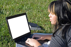 Étudiant à l'aide d'un ordinateur portatif Photographie stock libre de droits