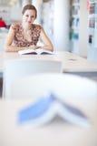 Étudiant universitaire dans une bibliothèque Photographie stock