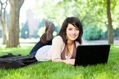 Étudiant universitaire de chemin mélangé avec l'ordinateur portatif Photo stock