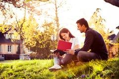 ?tudiants apprenant pour l'examen ensemble en parc de ville photos libres de droits