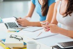 Étudiants d'adolescent à l'aide des téléphones intelligents Image stock