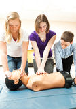 Étudiants d'adolescent pratiquant le CPR Images libres de droits