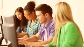 Étudiants dans la classe d'ordinateur banque de vidéos