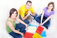 Étudiants sur l'étage avec des cahiers Images libres de droits