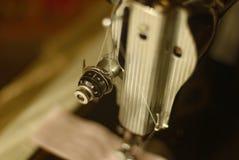 Tudo amarrado acima em uma máquina de costura Imagens de Stock Royalty Free