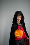 Tudo Hallows a véspera A idade do menino vestiu-se em um traje para Dia das Bruxas Fotografia de Stock